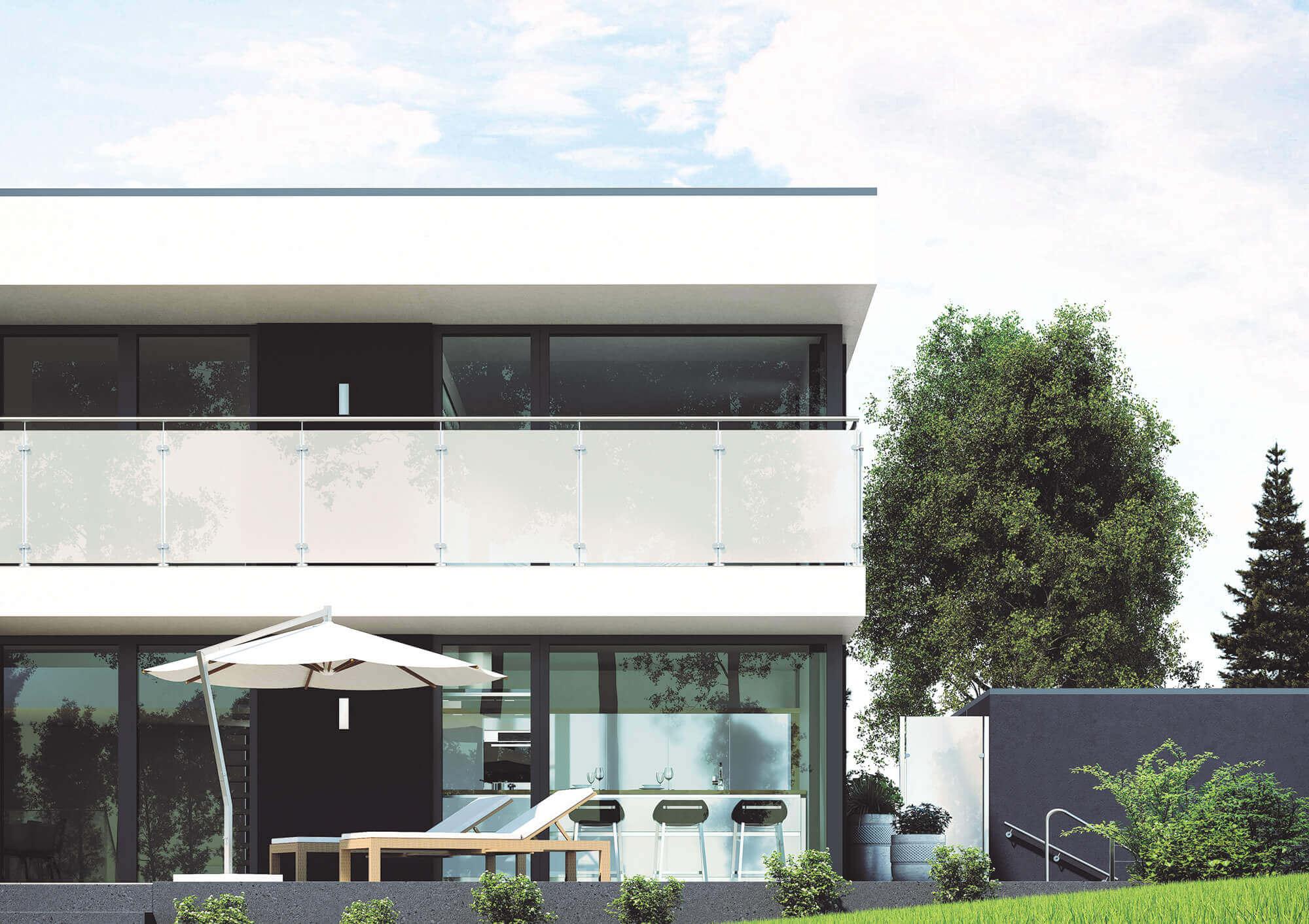 Die bündige Montage der Glaselemente vor den Edelstahl-Geländerpfosten sorgt für ein harmonisches Gesamtbild.